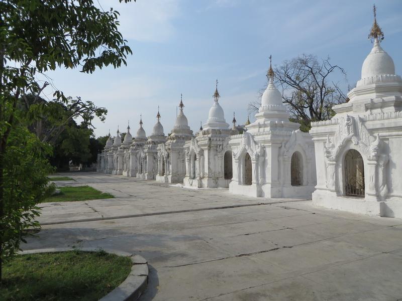 Neke od 729 stupa koje sadrže knjigu