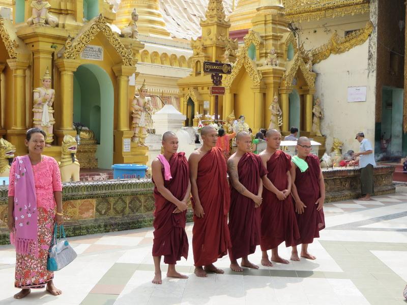 Shwedagon, budistički monasi
